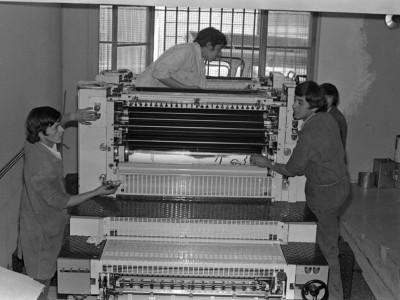 Trabajadores y equipamiento del Taller Gráfico UTE, 1973.