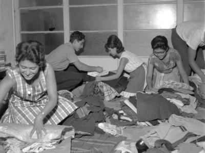 Miembros de la FEUT ordenando donaciones para damnificados del terremoto de 1965