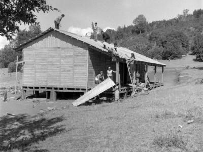 Estudiantes de la UTE construyendo una escuela rural en la localidad de Santa Julia, durante los Trabajos Voluntarios de 1966