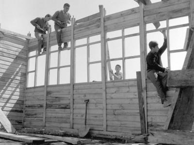 Estudiantes construyendo una escuela rural en la localidad Santa Julia durante los Trabajos Voluntarios de 1966