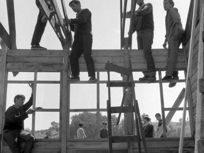 Estudiantes de la UTE construyendo escuela rural en la localidad de Santa Julia durante los Trabajos Voluntarios de 1966