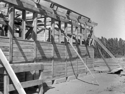 Estudiantes de la UTE construyendo una escuela rural en la localidad de Santa Julia durante los Trabajos Voluntarios de 1966