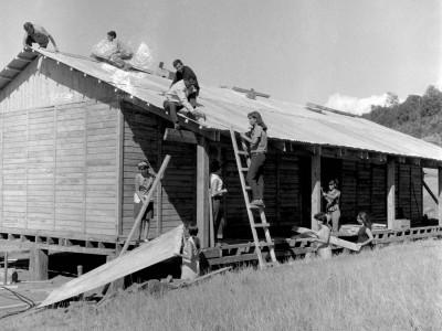 Estudiantes de la UTE construyendo una escuela en la localidad de Santa Julia durante los Trabajos Voluntarios de 1966