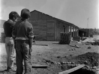 Niños de la Provincia de Malleco observando su nueva escuela, construida por estudiantes de la UTE durante los Trabajos Voluntarios de 1966