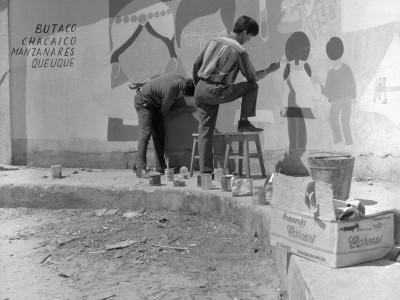 Estudiantes UTE pintando mural en la Estación Angol durante los Trabajos Voluntarios de 1966.