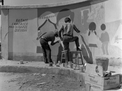 Estudiantes UTE pintando un mural en la Estación Angol durante los Trabajos Voluntarios de 1966.