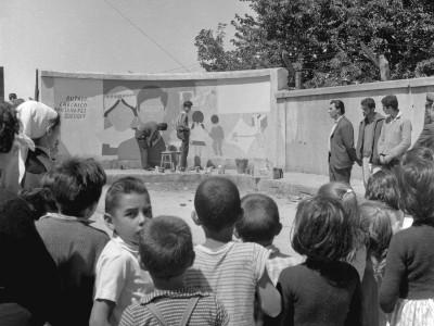 Estudiantes UTE pintando un mural en la Estación de Angol durante los Trabajos Voluntarios de 1966.
