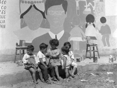 Niños de Angol en el mural pintado por estudiantes de la UTE durante los Trabajos Voluntarios de 1966.