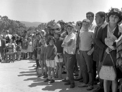 Comunidad de Angol en la presentación del mural pintado por estudiantes de la UTE durante los Trabajos Voluntarios de 1966.