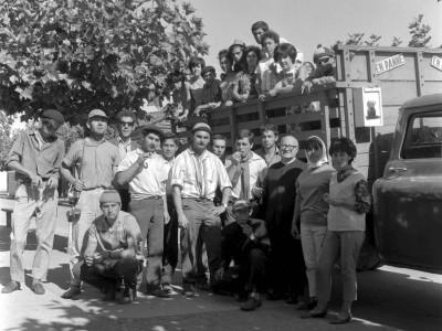 Estudiantes UTE en Trabajos Voluntarios en la Provincia de Malleco, 1966. Al centro, el presidente de la FEUT Alejandro Yáñez.