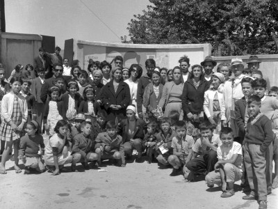 Comunidad de Angol en presentación del mural pintado por estudiantes de la UTE durante los Trabajos Voluntarios de 1966.