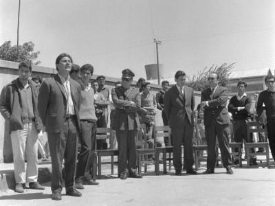 Alejandro Yáñez, presidente de la FEUT, hablando en la presentación del mural pintado por los estudiantes en la Estación de Angol, durante los Trabajos Voluntarios de 1966.