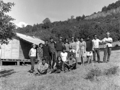 Estudiantes de la UTE en la localidad de Santa Julia durante los Trabajos Voluntarios de 1966. Al centro, Alejandro Yáñez, presidente de la FEUT.