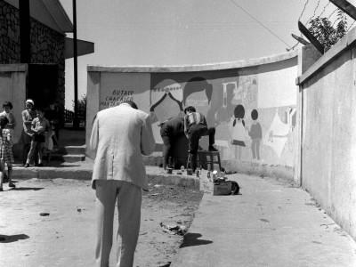 Estudiantes de la UTE pintando un mural en la Estación de Angol durante los Trabajos Voluntarios de 1966.